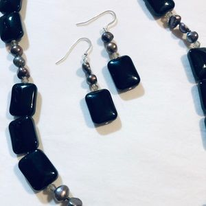 Freshwater pearls and onyx set.